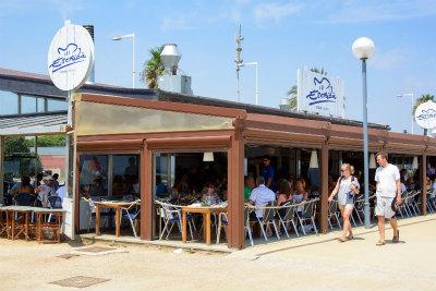 バルセロナの海岸にあるパエリア店チリンギート エスクリバ