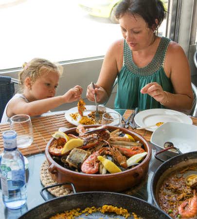 パエリアを食べるスペイン人の家族