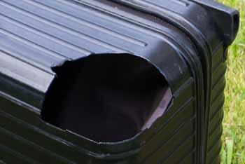 車輪がとれてしまったスーツケース