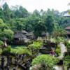 【スバトゥ禊場】山紫水明の沐浴場で 滝に打たれる