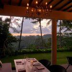 ウブドのレストランで、密林に沈む夕陽を楽しむならここ。ランチも絶景だ。