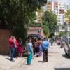 ネパールでM7.4の余震が発生、裸足で家を飛び出る人々