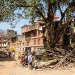 ネパール地震、生き残った女性が素手でしなければならないこと