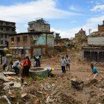ネパール大地震その後……子供たちも小さな手で瓦礫を運ぶ