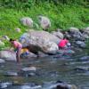 熱帯の暑い一日は、渓谷で水浴びをして終る