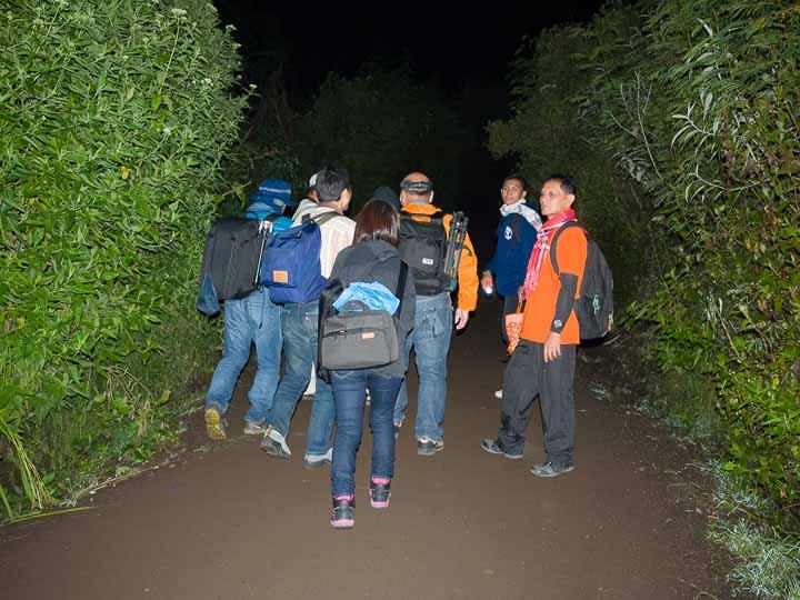 イジェン山登山を歩き始めるトレッカー