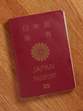 パスポートの表紙は菊のご紋が記されている