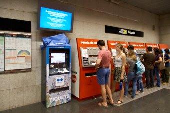 地下鉄駅に設置されたグエル公園入場券の自動販売機