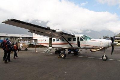 ルクラからラメチャップ空港へ飛ぶ小型飛行機
