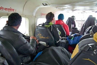 ルクラからラメチャップ空港へ飛ぶ小型飛行機の機内の様子
