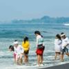 バリ島の大晦日の大掃除は、水平線にむかって祈るところから始まる