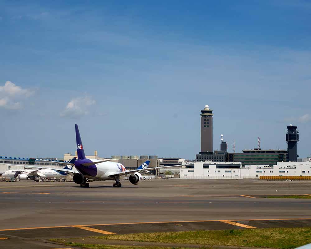 成田空港の滑走路と第二ターミナル