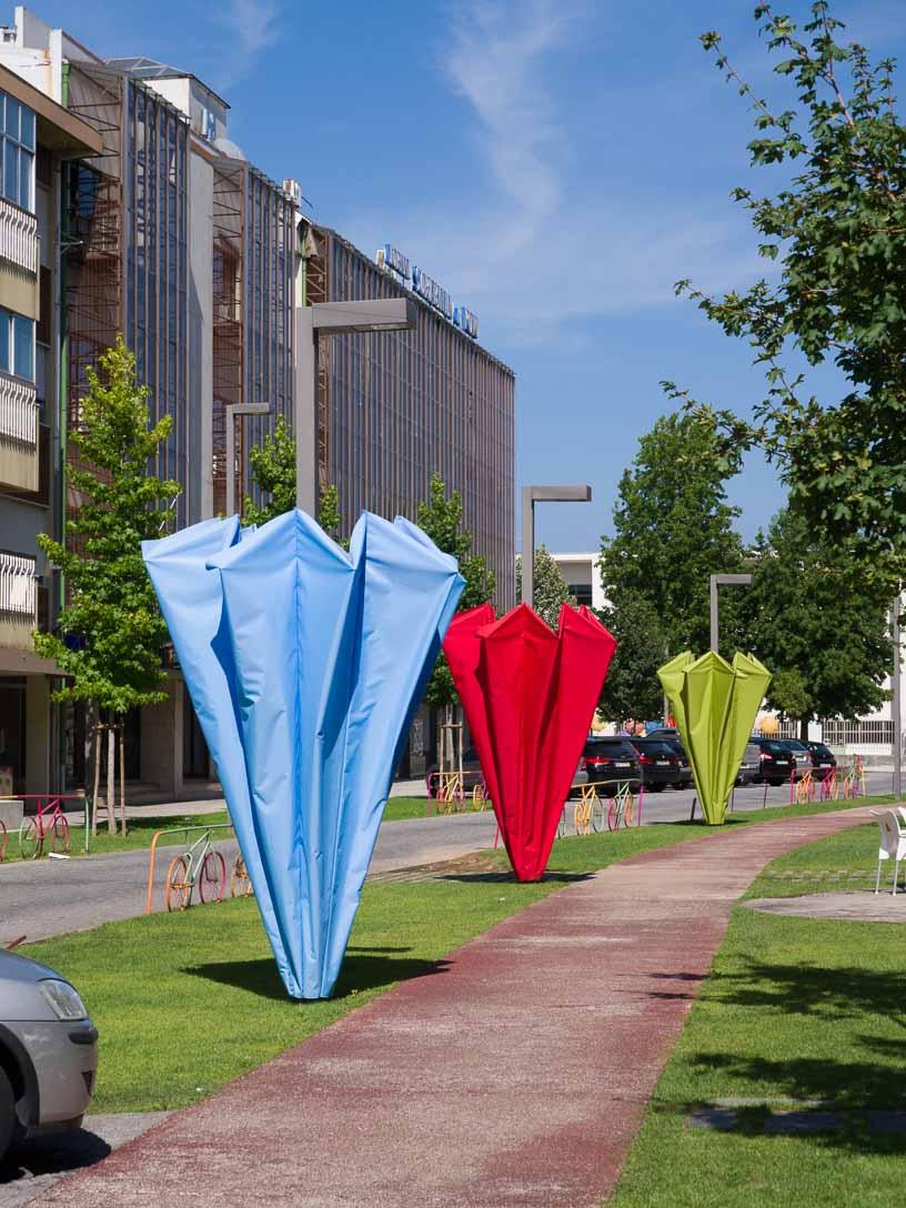 路上のアート作品でモチーフは傘