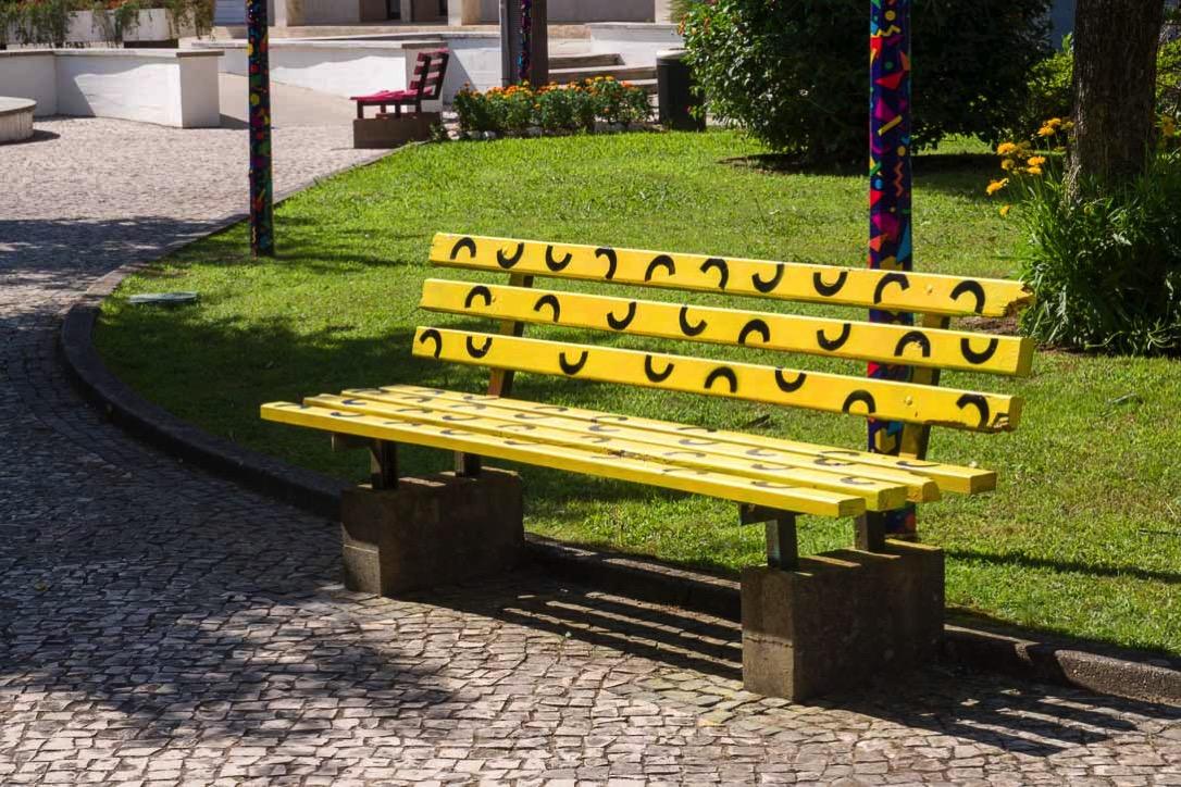 色とりどりに塗られたベンチ