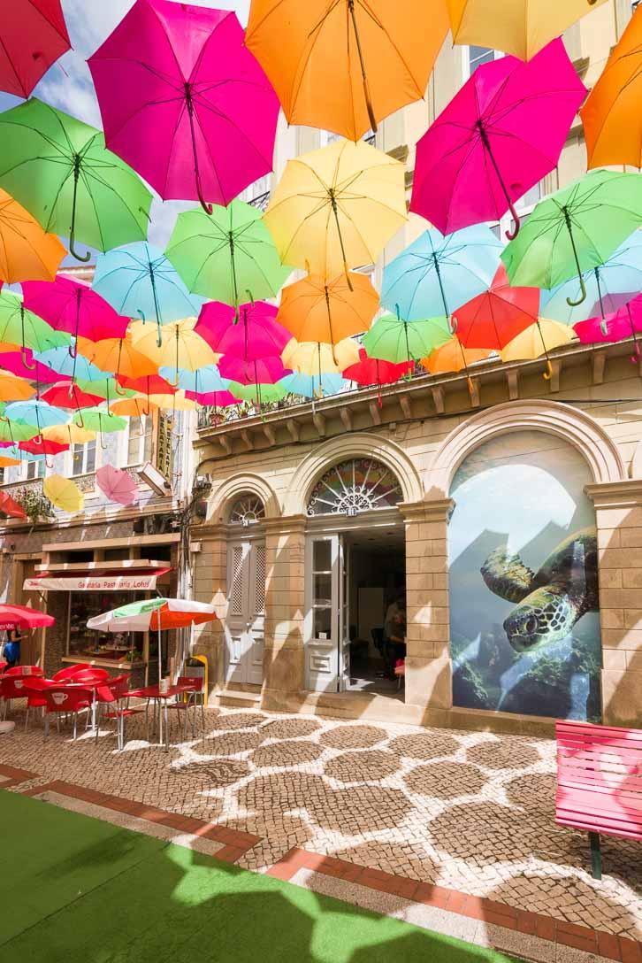 アゲダの商店街の空を覆うカラフルな傘