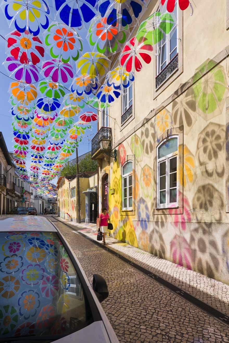 アゲダの空を覆うカラフルな傘