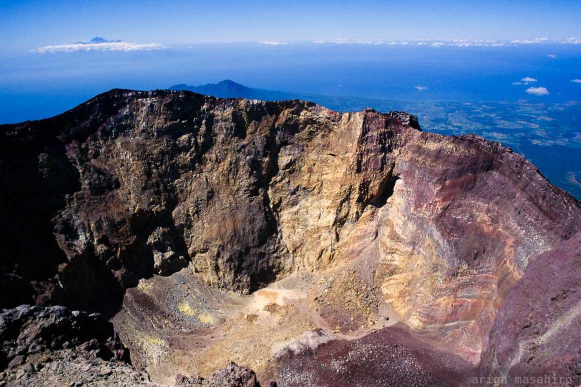 バリ島アグン山の巨大な火口を覗きこむ
