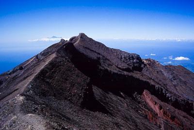 アグン山の頂上