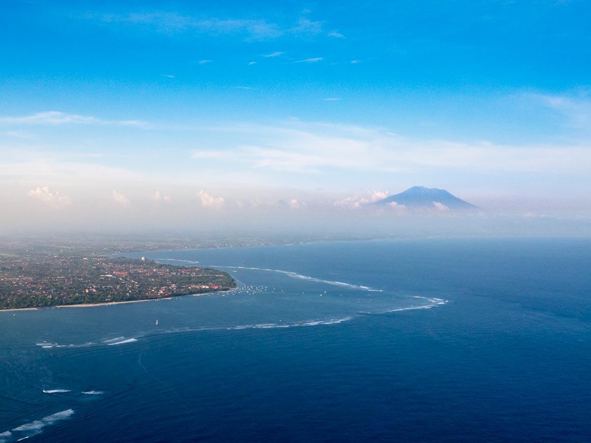 サヌール海岸とアグン山