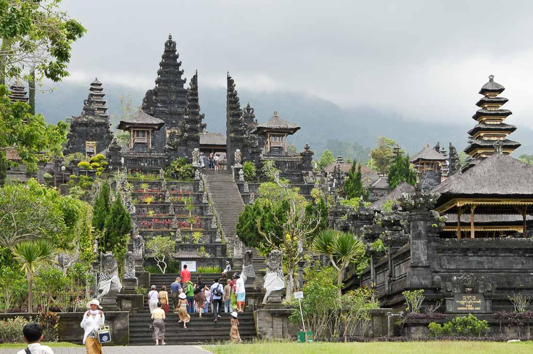 ブサキ寺院はアグン山の中腹に建っている