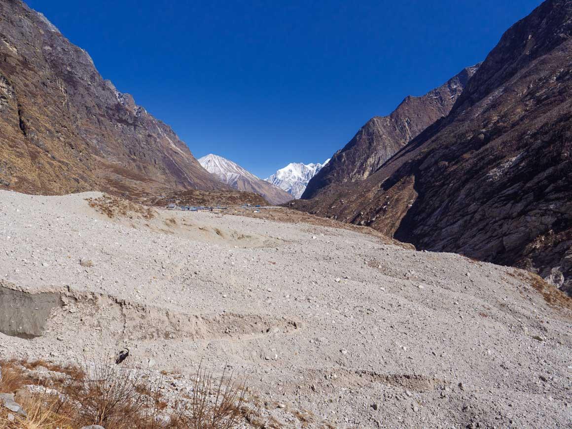 崖崩れに埋まったランタン村2