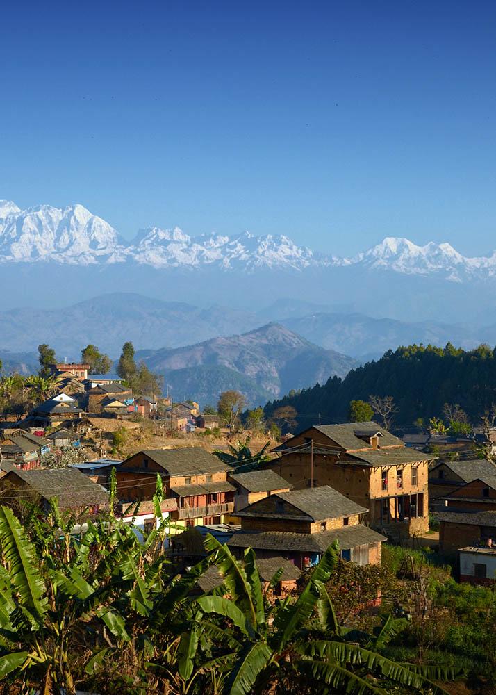 ヒマラヤ山脈とネパールの村