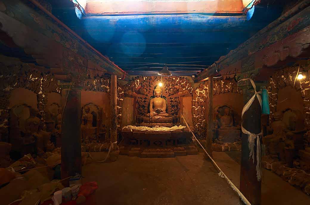 お寺の本堂に浮かぶオーブ