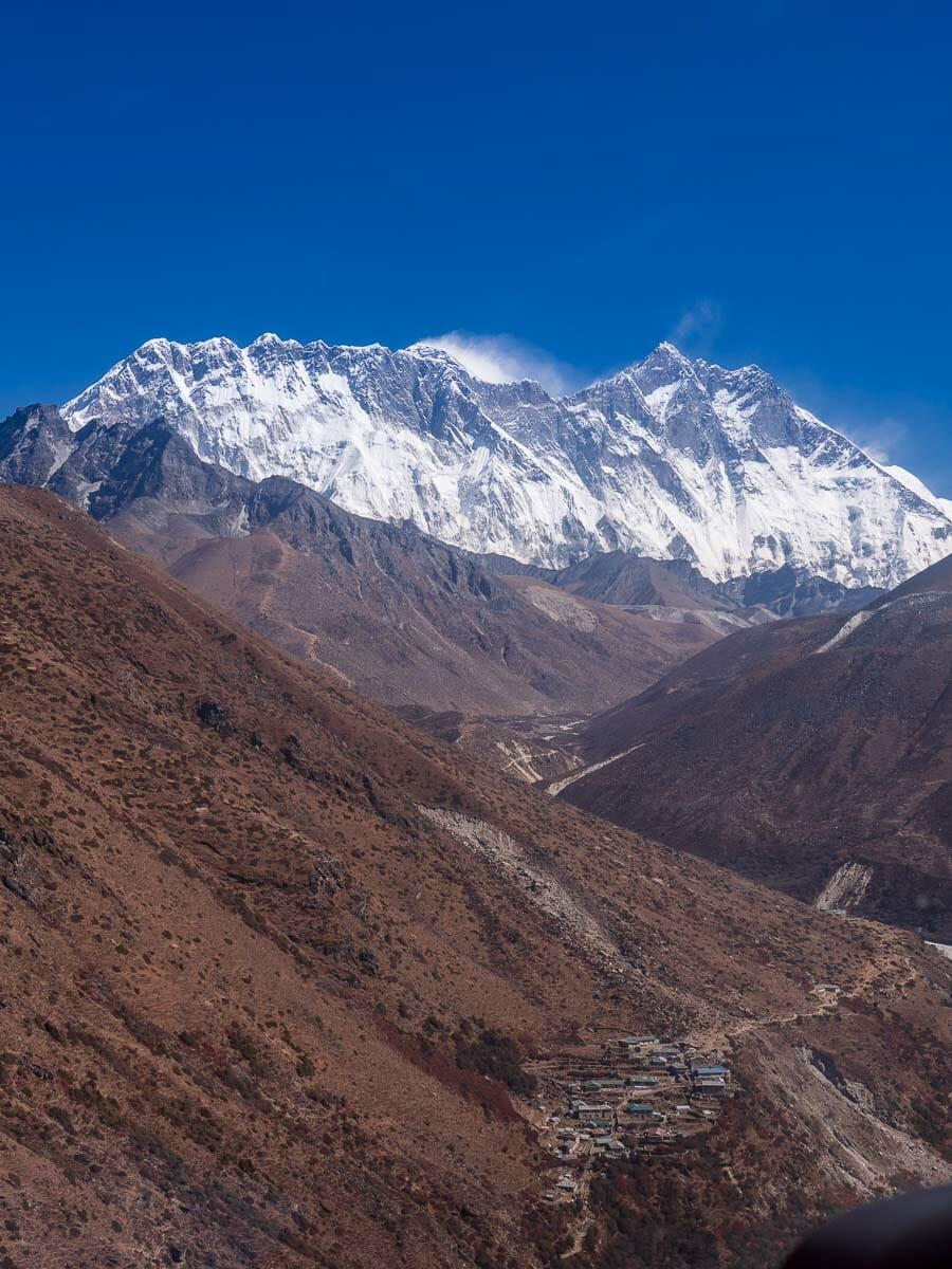 ヘリコプターの正面にエベレスト山群が見える