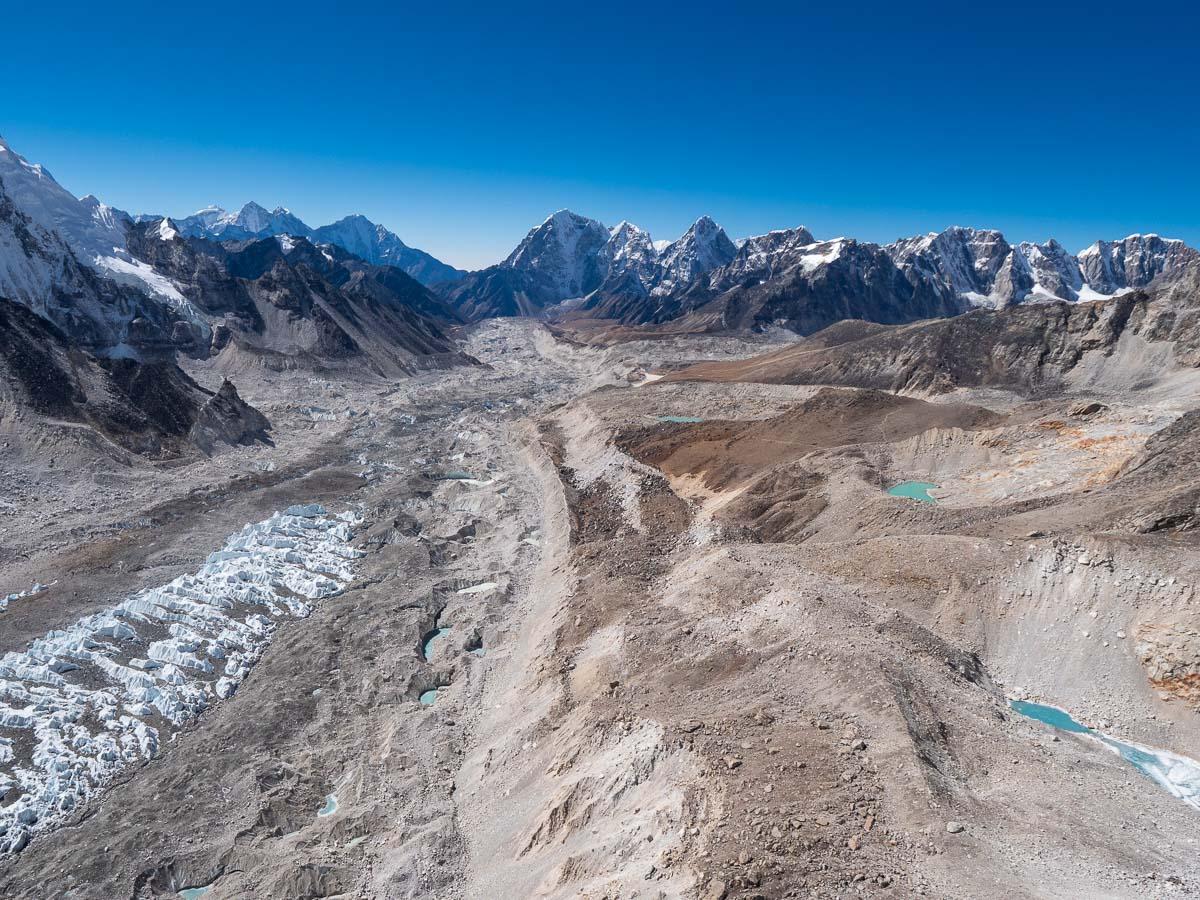 クーンブ氷河の上を飛ぶヘリコプター