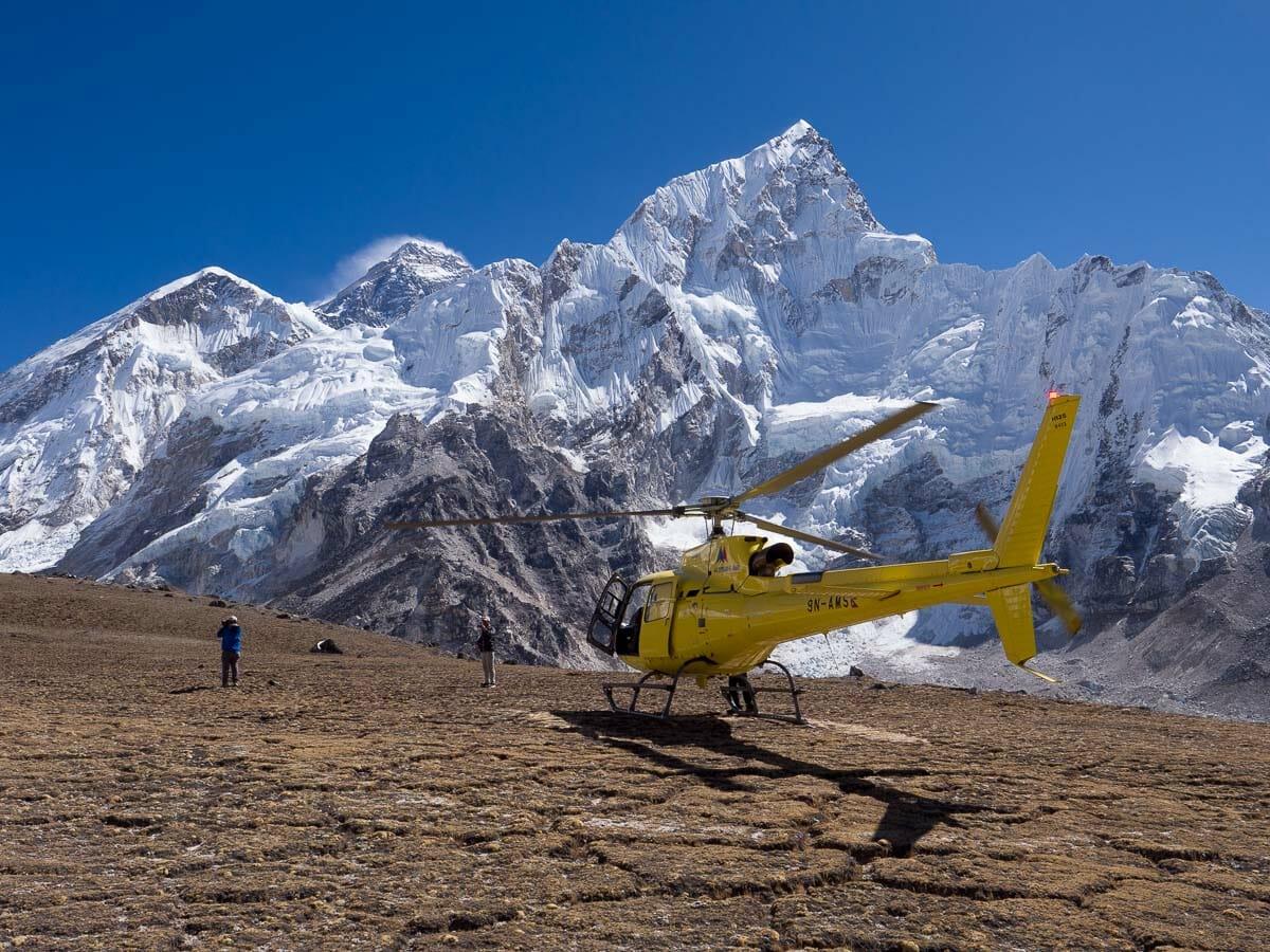 カラパタールに着陸するヘリコプター