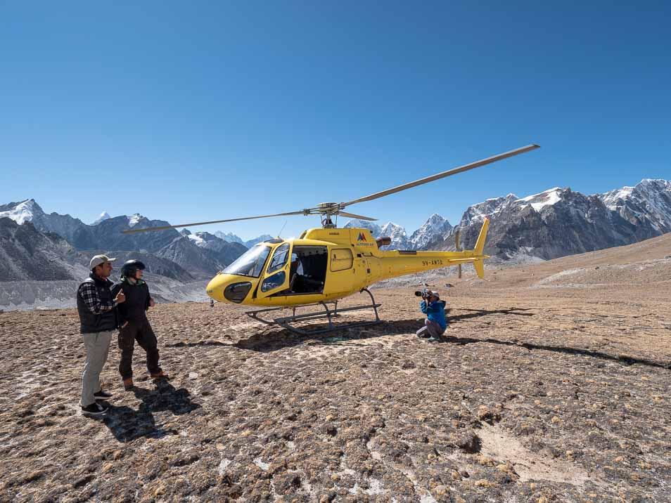 カラパタールに着陸したヘリコプター