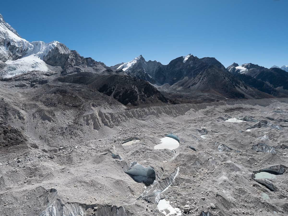 クーンブ氷河の上を飛ぶヘリコプター2