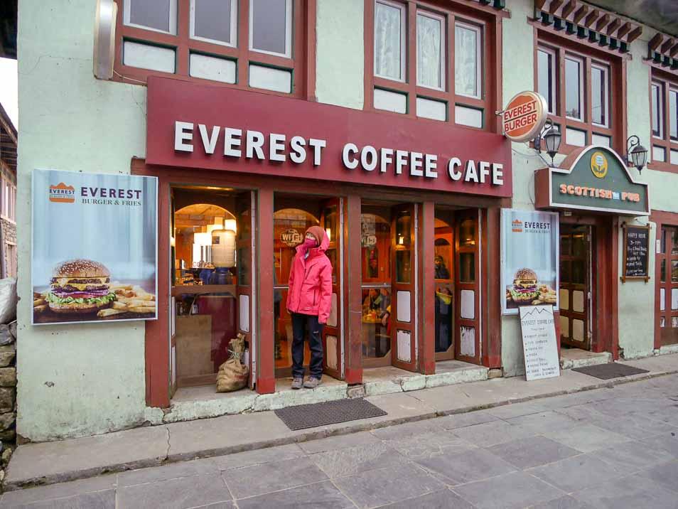 ルクラ空港のバザールのコーヒーショップ