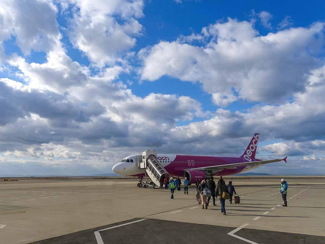 関西空港で飛行機に搭乗する