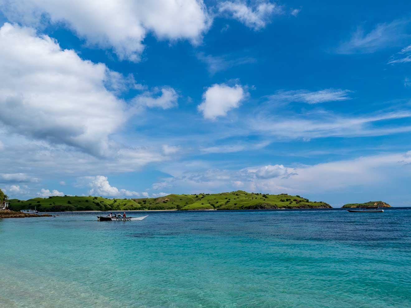 ピンクビーチと碧色の海