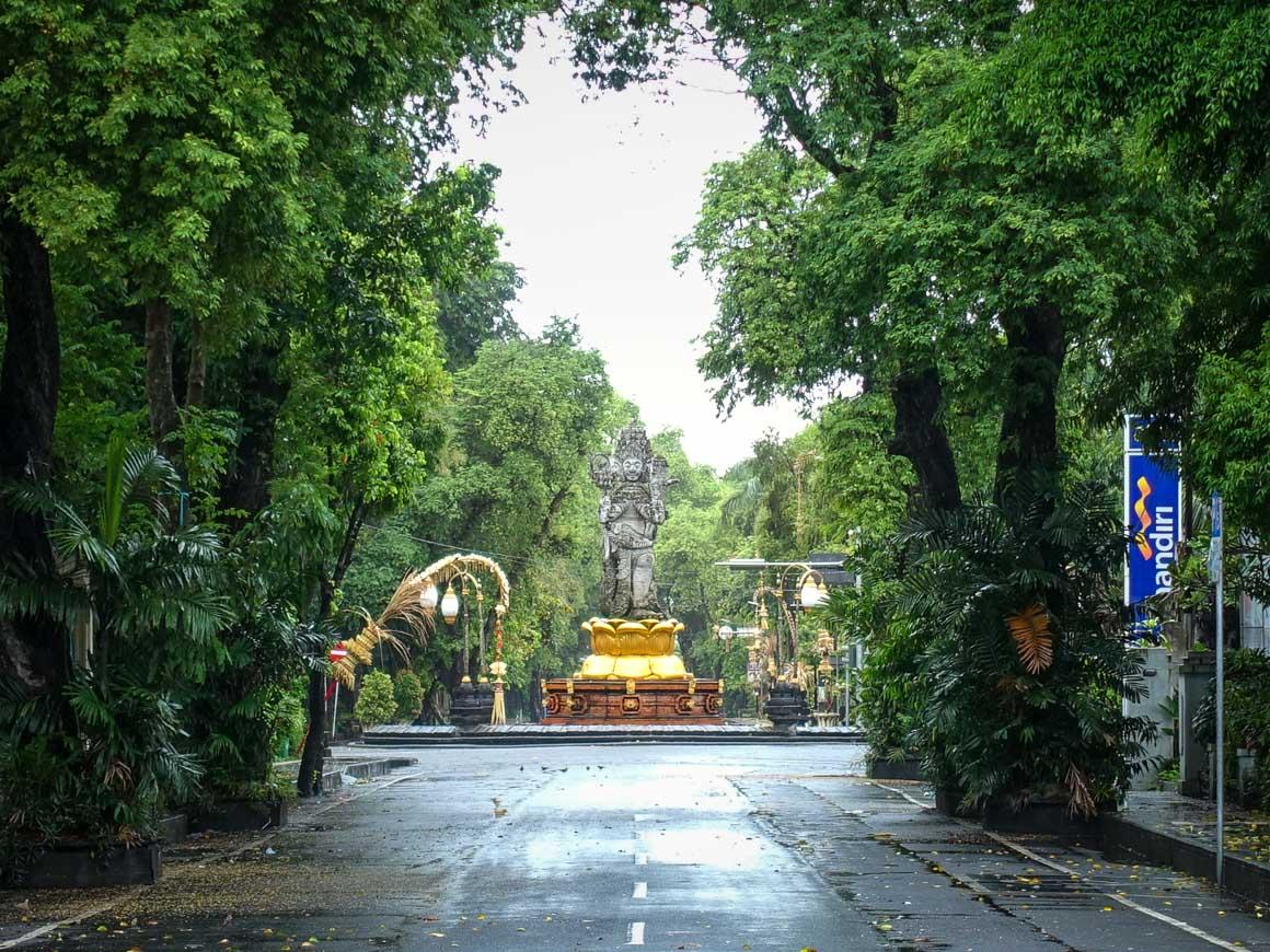 ニュピの日のチャトルムカ像の交差点
