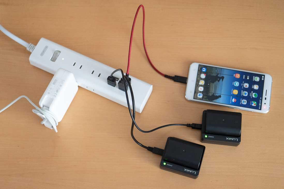 USBポート付き電源タップに充電器を接続した