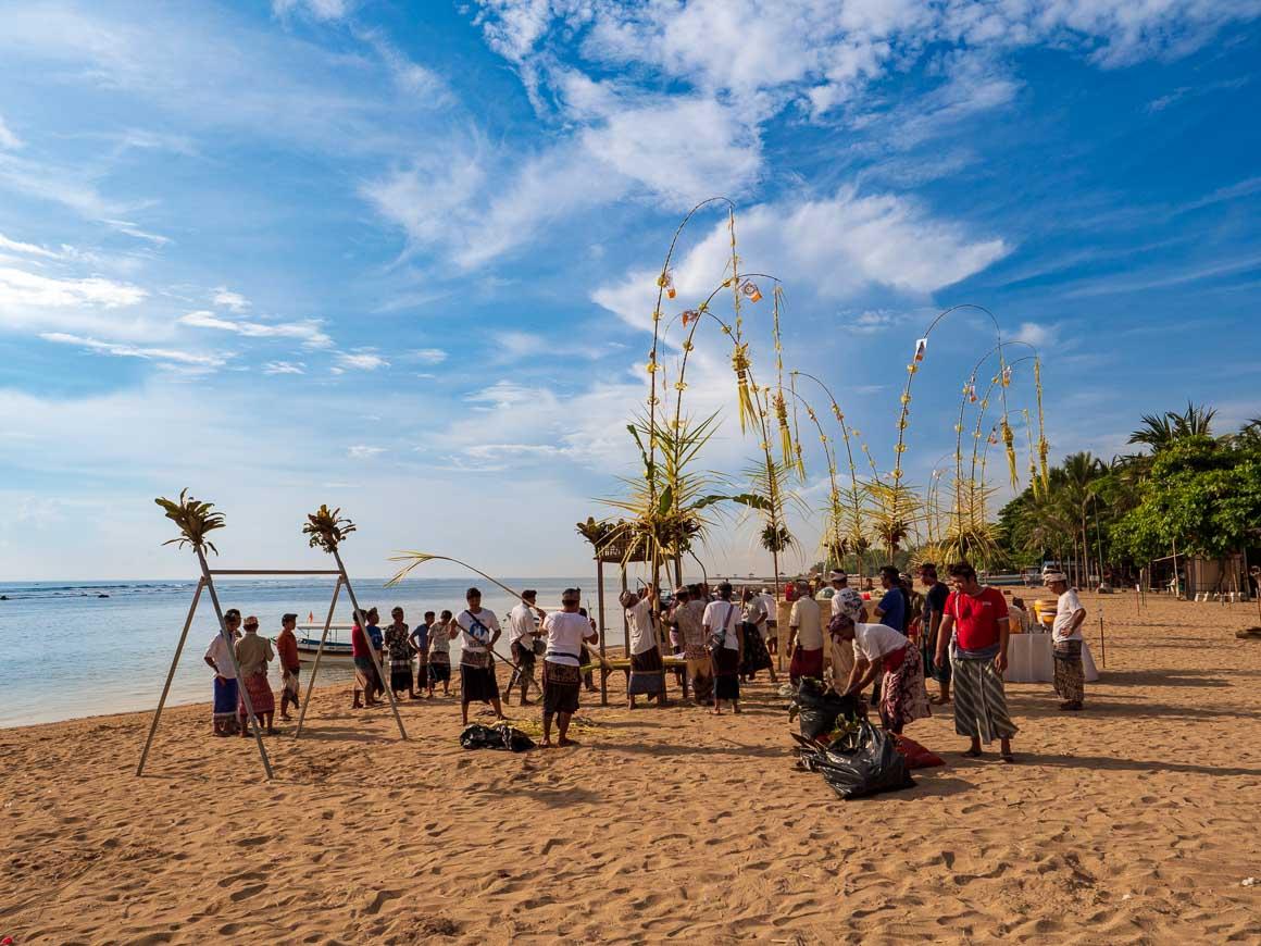 サヌール海岸でムラスティの準備をする村人