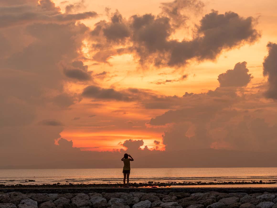 サヌール海岸に登る朝日