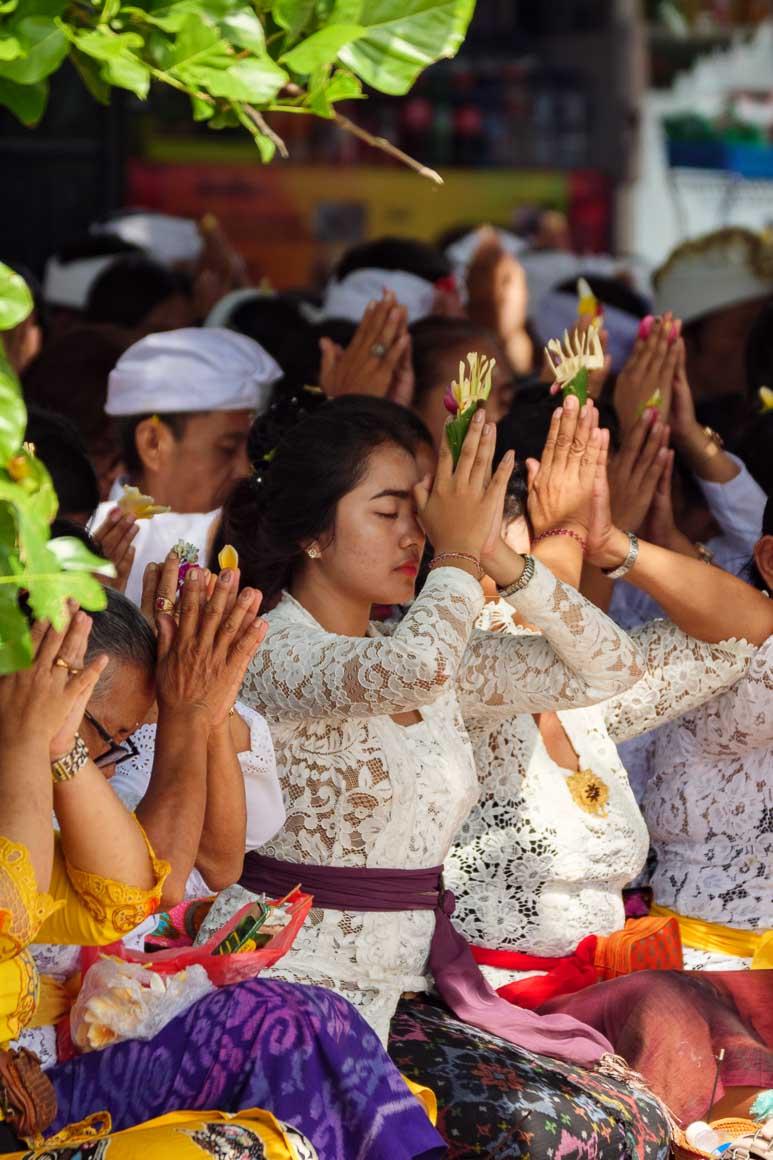 ムラスティで祈る女性
