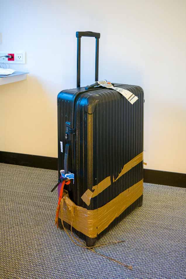 破損して空港に届いたスーツケース1