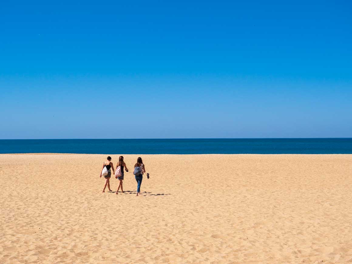ポルトガルのナザレの砂浜_001
