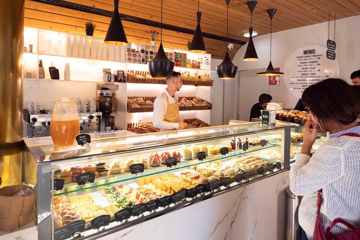 Pastelaria SantoAntónio パステラリア サントアントニオの店内