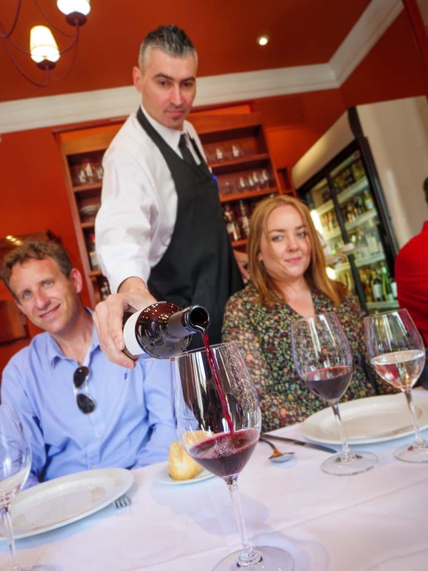 ワイングラスにワインを注ぐ