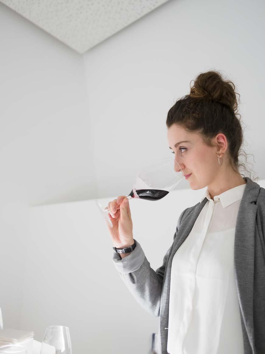 ワインのテイスティングをするソムリエ