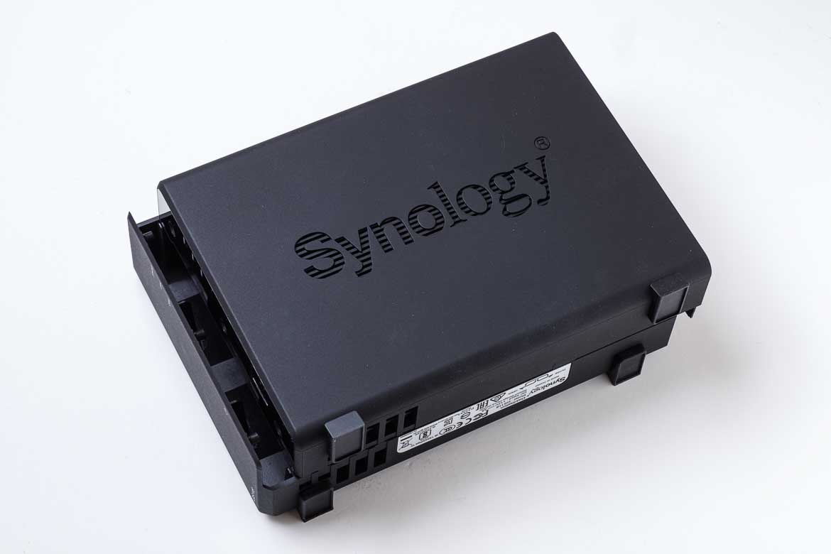 Synology DiskStation DS118にHDDをセットするために開く
