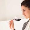 「ワイングラスは柄を持つのがマナー」説は正しいのか本場のソムリエに訊いてみました