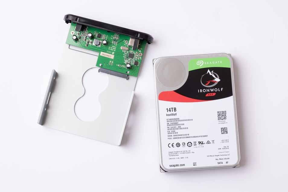 ハードディスクをケースにマウントする