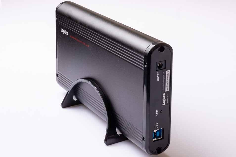 ハードディスクケース LGB-EKU3を机の上に立てて置く