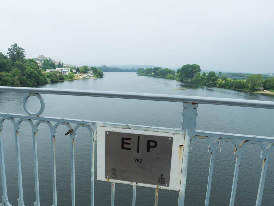 スペインとポルトガルの国境を流れるミーニョ川に架かる橋から見た国境線